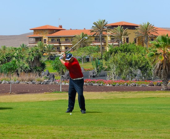 Golfer in front of Elba Palace Hotel